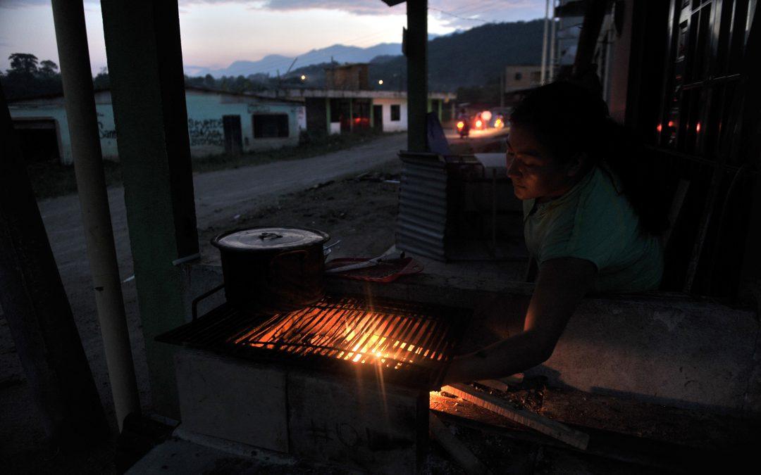 Una noche en San Miguel, un barrio desdibujado por la avalancha en Mocoa