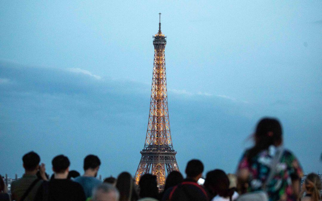 Empleados de Torre Eiffel amenazan con huelga por largas filas de espera