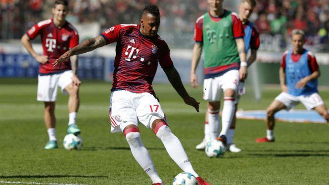 A Yerry Mina le sale un duro rival: el Manchester United va por Boateng