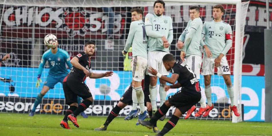 En gris partido de James, Bayern cae contra un luchador Leverkusen